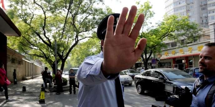 Un policier chinois devant l'hôpital de Pékin où a été admis Chen Guangcheng, le 2 mai 2012.