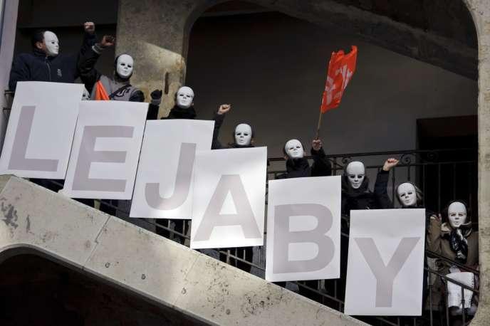 Une centaine de salariés de Lejaby, dont le visage était recouvert de masques blancs, expriment leur colère, le 17 janvier 2012 à Lyon, dans la Cour des Voraces, lieu emblématique de la révolte des canuts.