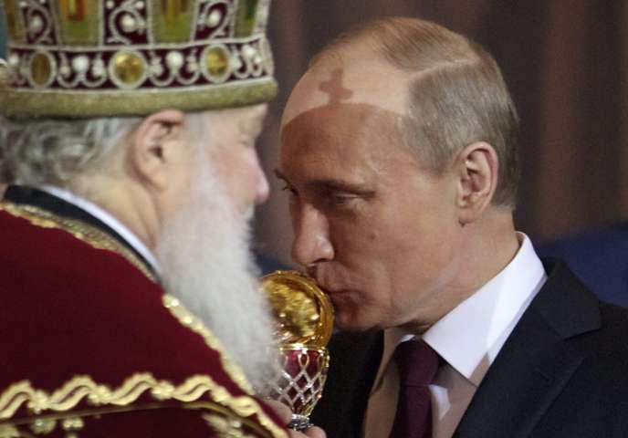 Vladimir Poutine et le patriarche Kirill à Pâques dans la cathédrale du Christ-Sauveur à Moscou, le 15 avril.