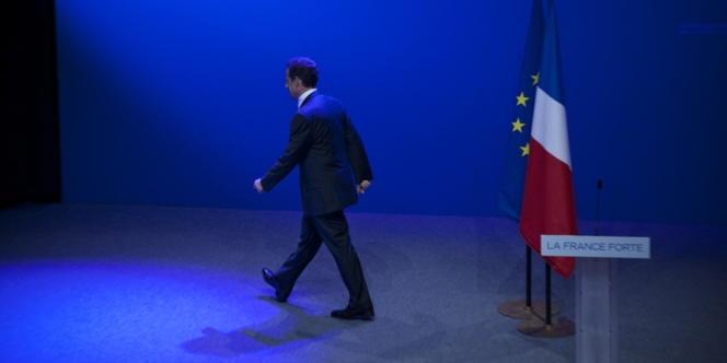 Nicolas Sarkozy quitte la scène de la Mutualité, à Paris, le 6 mai 2012, après avoir prononcé son discours devant ses partisans.