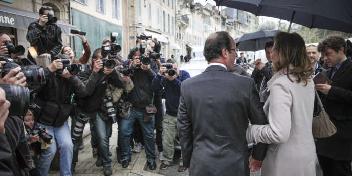 Promenade sur le marché de Tulle du candidat Hollande et sa compagne, Valérie Trierweiler.