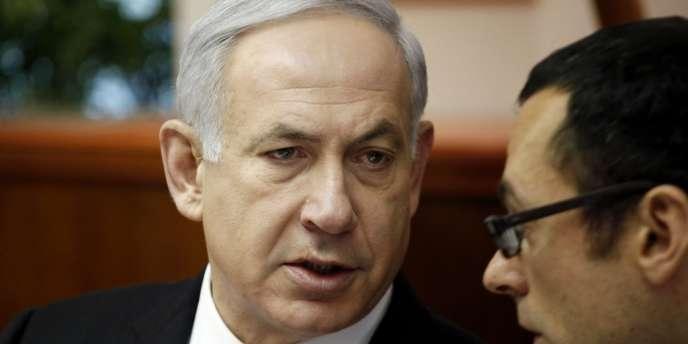 Le premier ministre israélien Benyamin Nétanyahou avec son secrétaire de cabinet Zvi Hauser à Jérusalem, le 7 mai.