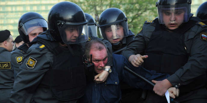Arrestation d'opposants anti-Poutine par la police lors d'une manifestation à Moscou le 6 mai 2012.