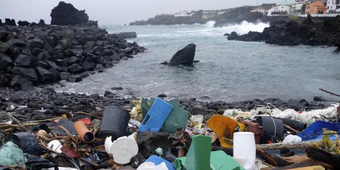 Des déchets plastiques au large des Açores en février 2010.