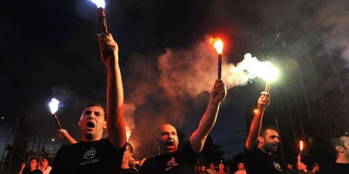 Les partisans d'Aube dorée célèbrent les résultats des élections législatives anticipées dimanche 6 mai.