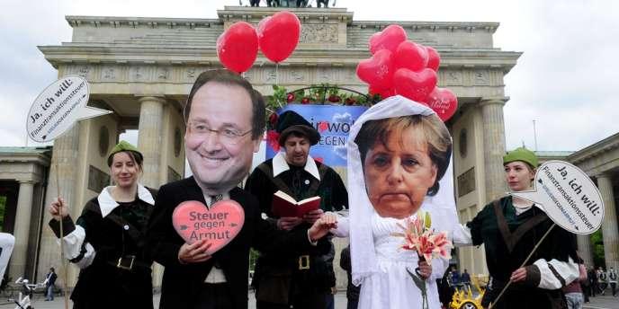 Un mariage symbolique entre François Hollande et Angela Merkel organisé à Berlin par Attac et Oxfam, le 7 mai.