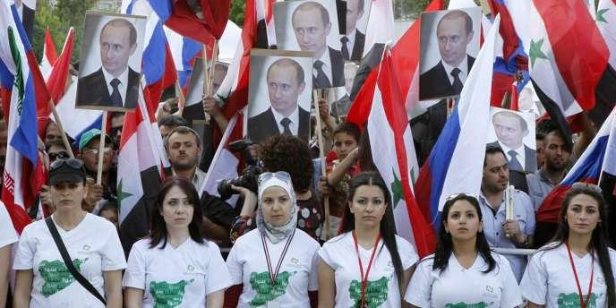 Manifestation à Damas pour l'entrée en fonction de Vladimir Poutine, le 7 mai 2012.