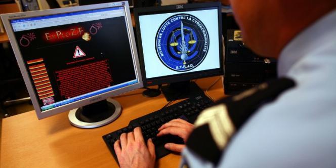 Un gendarme de la division de lutte contre la cybercriminalité du département de surveillance Internet contrôle un site dans les locaux du service technique de recherches judiciaires et de documentation.
