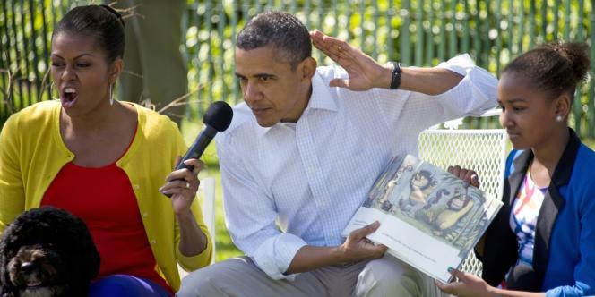 Le président Barack Obama et son épouse Michelle Obama lisent, avec force mimiques, le livre pour enfant