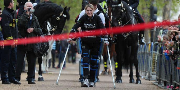 Claire Lomas à l'approche de la ligne d'arrivée du marathon de Londres, le 8 mai.