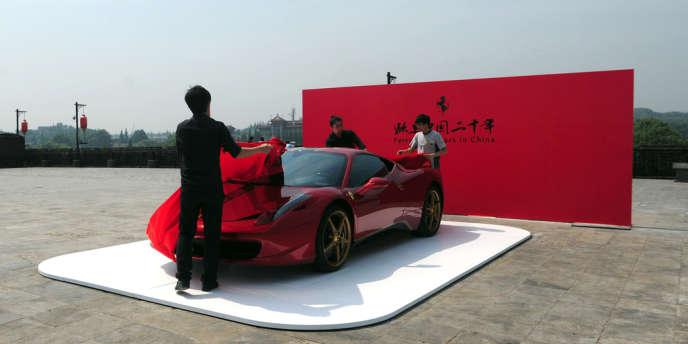 Présentation d'une Ferrari 458 Italia à Nankin, dans l'est de la chine, en mai.