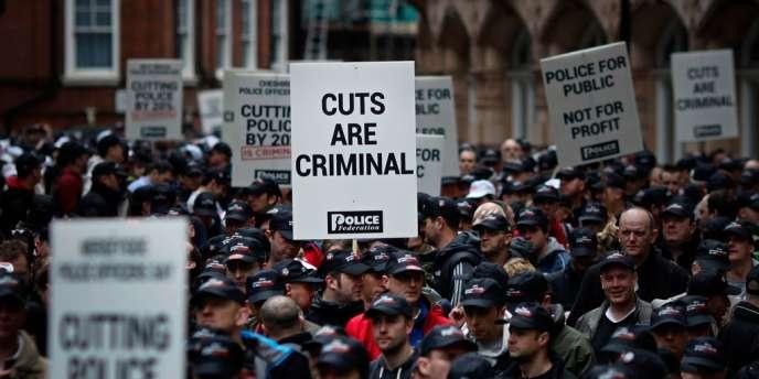 Des officiers de police manifestent dans le centre de Londres contre les mesures de restriction budgétaire, jeudi 10 mai.