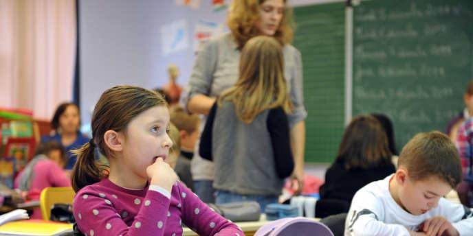 Des élèves de CE1 travaillent en classe, le 05 décembre 2011 à l'école privée Immaculée Conception de Seclin.