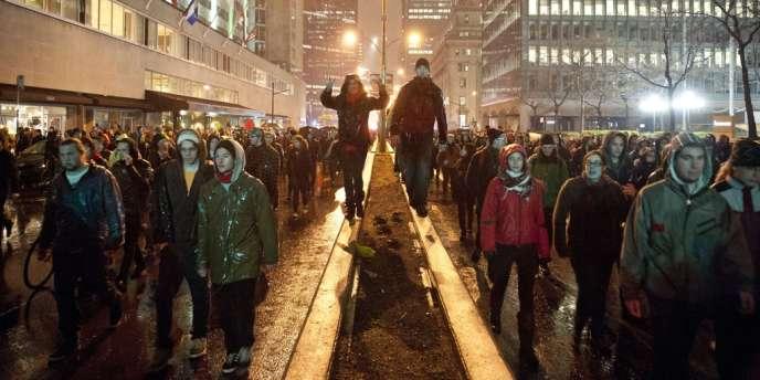 Manifestation nocturne d'étudiants le 26 avril, dans les rues de Montréal.