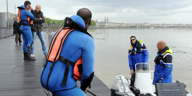 Des gendarmes de la Brigade nautique d'Arcachon, munis d'un sonar, rentrent après avoir effectué des recherches dans la Garonne, le 30 avril 2012 à Bordeaux, dans le cadre de l'enquête pour tenter de retrouver Julien Teyssier.
