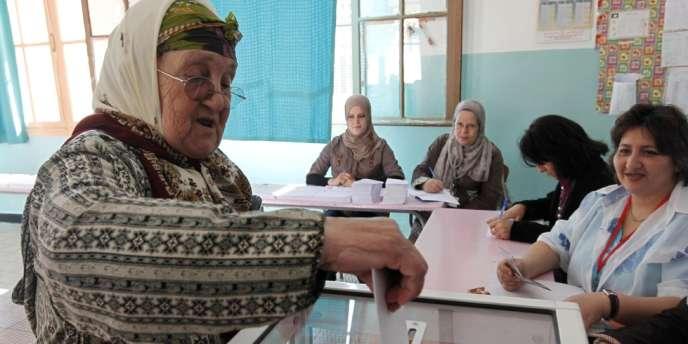 Dans un bureau de vote à Alger, lors des élections législatives, le 10 mai.