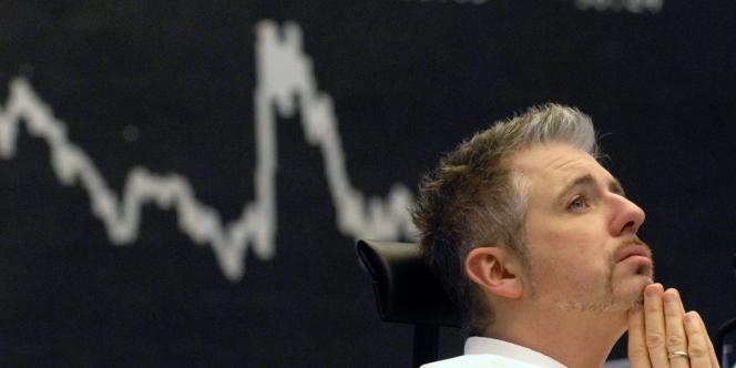 La place parisienne n'est plus qu'à une encablure du seuil symbolique des 4 332,66 points, qui correspond à son niveau de clôture du 12 septembre 2008, pour sa dernière séance avant l'annonce de la faillite du géant bancaire américain Lehman Brothers.