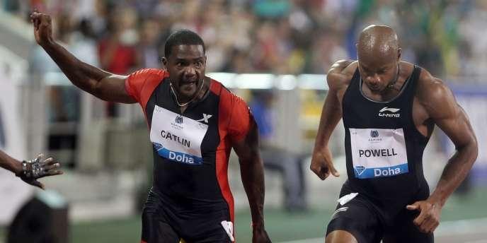 Justin Gatlin (à gauche) a coiffé au poteau Asafa Powel (à droite), au 100 m du meeting de Doha, vendredi 11 mai.