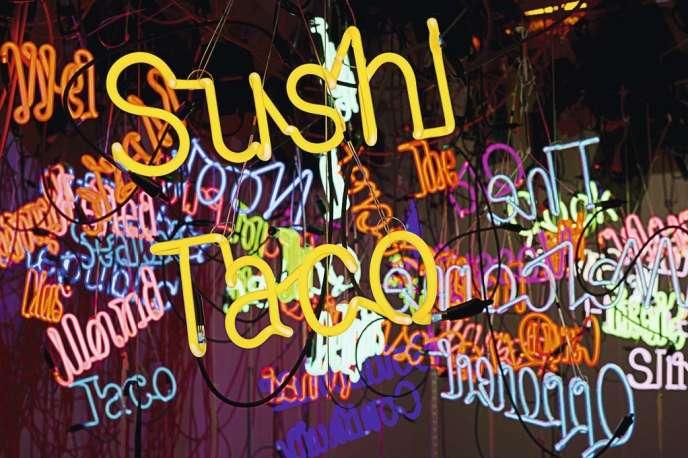 Graffitis fluo (Untitled, de Jason Rhoades, 2004).