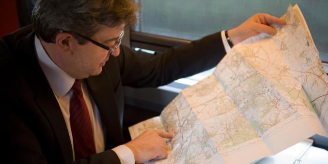 Jean-Luc Mélenchon, dans le train le menant dans le Pas-de-Calais, le 12 mai.