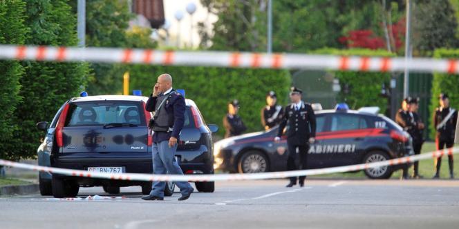 Des policiers italiens devant un bureau d'Equitalia, à Bergame, où un homme a pris en otage quinze personnes avant de se rendre, le 3 mai.