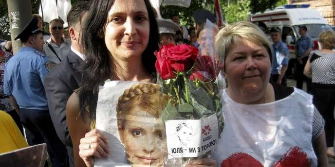 Près de 2 000 Ukrainiens se sont rassemblés à Kiev pour soutenir Mme Timochenko.