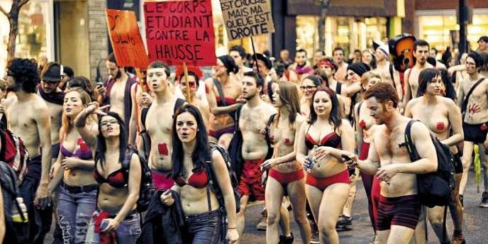 Le 3 mai, à  Montréal, des milliers d'étudiants défilent  contre la  hausse des frais de scolarité.Photo: AFP