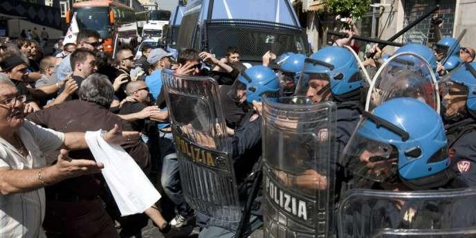 Manifestation devant un bureau d'Equitalia pour protester contre les mesures d'austérité, le 11 mai à Naples.