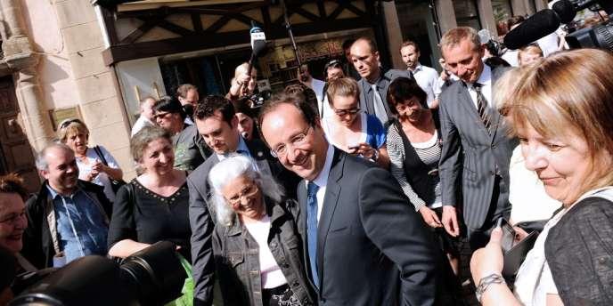 François Hollande, dans les rues de Tulle, le 12 mai.