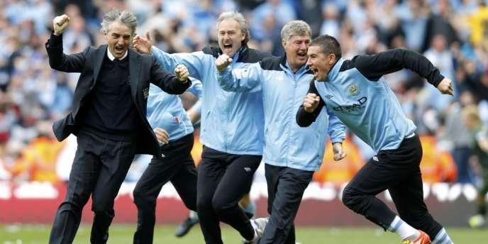 Roberto Mancini (à gauche) et ses hommes explosent de joie au coup de sifflet final.