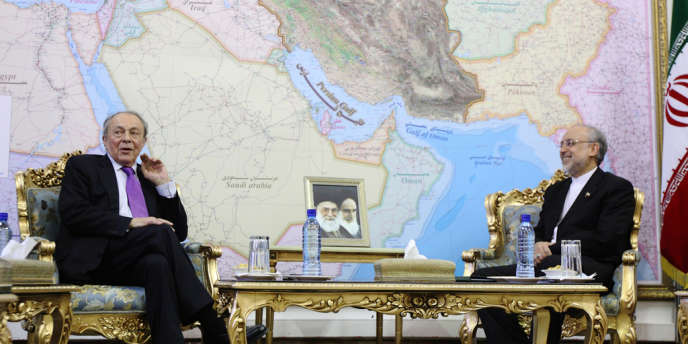 Michel Rocard, l'ancien premier ministre français, ici aux côtés du ministre des affaires étrangères iranien Ali AKbar Salehi, lors de sa visite à Téhéran, le 12 mai.