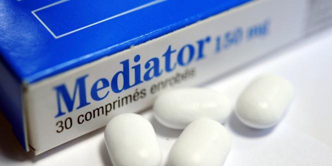 La commercialisation du médicament aurait dû être suspendue entre 1998 et 2003 par les laboratoires Servier ou par les autorités, au vu des premiers cas.