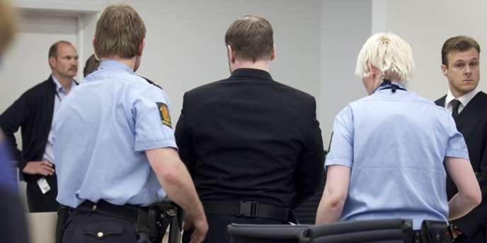 Anders Behring Breivik, de dos, escorté par des policiers à son procès, vendredi 11 mai.
