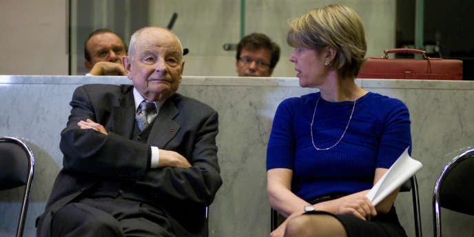 Jacques Servier et Lucy Vincent, directrice chargée des relations extérieures des laboratoires, lundi 14 mai, au tribunal de Nanterre.