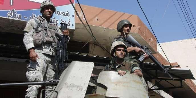 Des soldats libanais patrouillent  le 15 mai dans une rue du quartier sunnite Bab al-Tebbaneh à Tripoli.