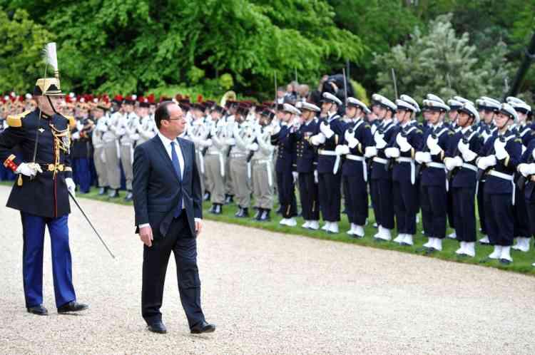 Franços Hollande passe en revue les troupes le 15 mai 2012.
