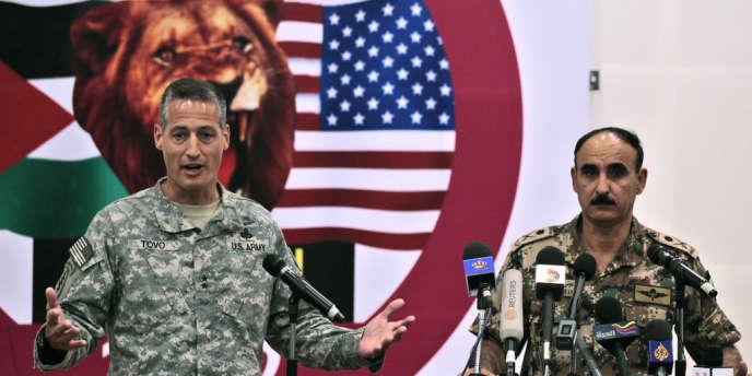 Le Général Ken Tovo, chef des Forces américaines chargées des Opérations spéciales et le général Aouni Adouane, chef des opérations et de la formation des forces armées jordaniennes, le 15 mai à Amman.