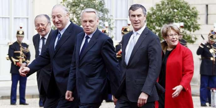 Jean-Marc Ayrault (au centre) lors de son arrivée à l'Elysée le 15 mai.