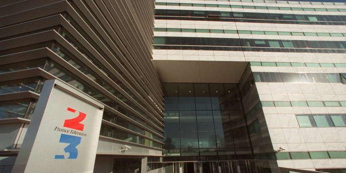 France Télévisions est engagée dans un bras de fer avec le ministère de la culture, qui exige des économies du groupe audiovisuel. Ce dernier a vu sa dotation publique reculer de 85 millions d'euros en 2013 et ses ressources publicitaires chuter.