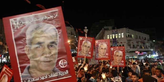 Des Palestiniens célèbrent la signature d'un accord mettant fin à la grève de la faim de détenus dans les prisons d'Israël, à Ramallah, le 14 mai.