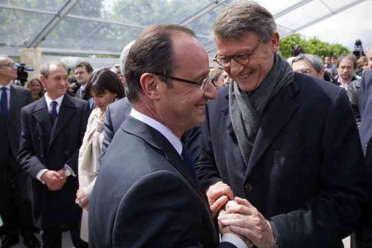 France's President Francois Hollande (C) shakes hands with European MP Vincent Peillon (R) after delivering a speech during a tribute ceremony to the 19th century education reformer Jules Ferry, at the Tuileries Garden in Paris, after the formal handover of investiture ceremony between France's president Francois Hollande and his predecessor on May 15, 2012. At left are seen Paris' mayor Bertrand Delanoe and Paris deputy mayor Anne Hidalgo (2ndL). AFP PHOTO / POOL / JOEL SAGET