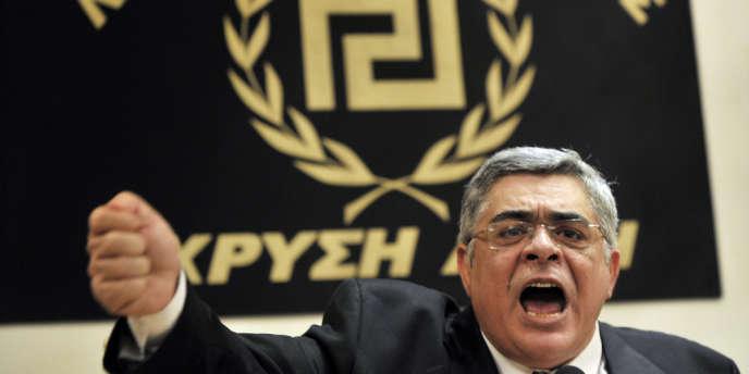 Nikolaos Michaloliakos, chef d'Aube dorée, parti d'extrême droite grec, lors d'une conférence de presse, le 6 mai 2012.