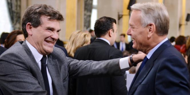 Arnaud Montebourg, ministre du redressement productif, serre énergiquement la main du premier ministre, Jean-Marc Ayrault.