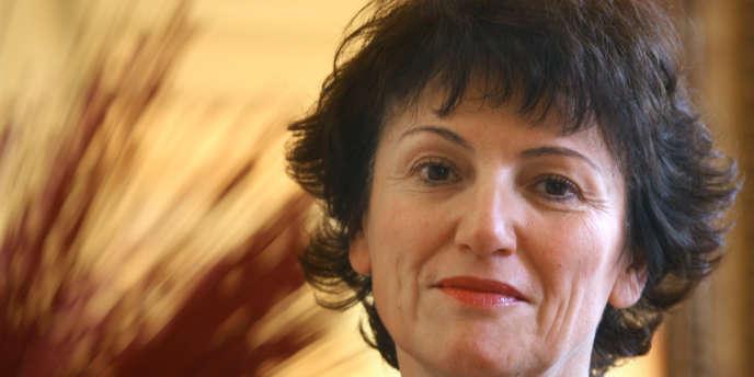 Elue maire du 4e arrondissement de Paris en 2001, elle est largement reconduite dans ce mandat en 2008 où sa liste obtient 60,95 % des suffrages au second tour.
