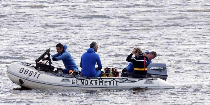 Des gendarmes recherchent, le 15 mai, un adolescent de 13 ans qui s'est jeté dans la Loire pour échapper à la police.