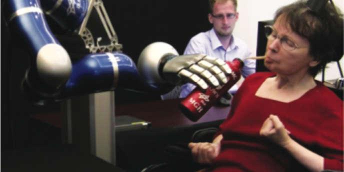 Cathy Hutchinson, tétraplégique depuis quatorze ans, a réussi à porter à ses lèvres un thermos de café grâce à un bras robotisé commandé par un réseau de mirco-électrodes implanté dans son cerveau.
