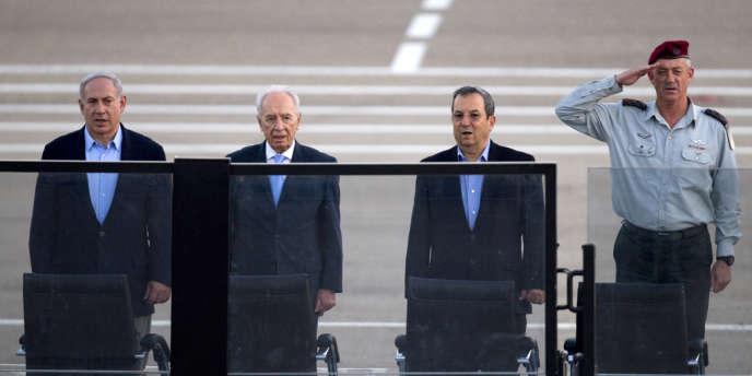 Le premier ministre israélien Benyamin Nétanyahou, le président Shimon Pérès, le ministre de la défense Ehoud Barak et Beni Gantz, le chef des armées, en juin 2011.
