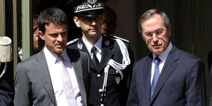 Manuel Valls et Claude Guéant, lors de la passation de pouvoir au ministère de l'intérieur, le 17 mai.