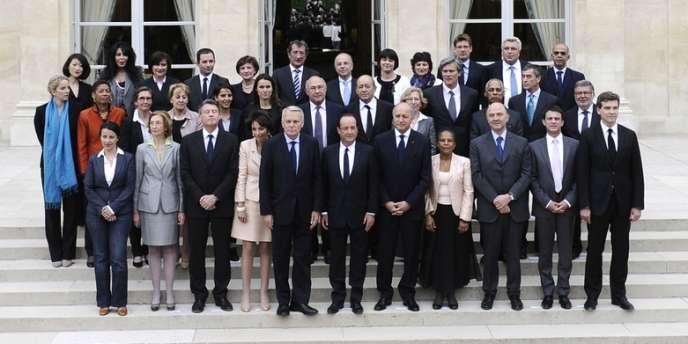 Un micro-événement comme l'apparition en jeans de Cécile Duflot (premier rang à gauche) au premier conseil des ministres du nouveau gouvernement a abondamment nourri les commentaires.