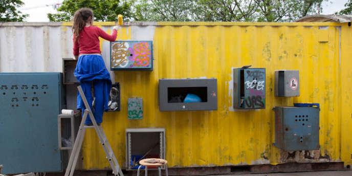 A L'Ile-Saint-Denis, des étudiants en architecture redonnent vie, en avril, à un conteneur abandonné.